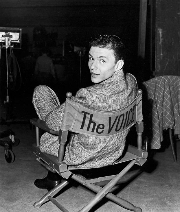 Frank Sinatra w krześle z napisem The Voice,