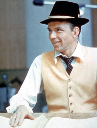 Frank Sinatra w jasnej kamizelce i czarnym kapeluszu