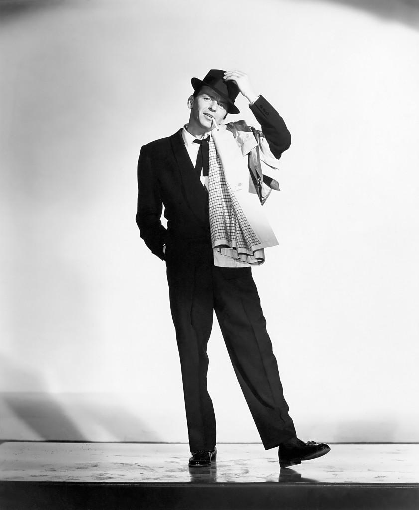 Frank Sinatra w smokingu i czarnym kapeluszu