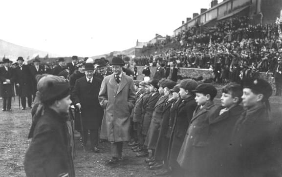 Król odwiedzający górników i ich rodziny w południowej Walii.