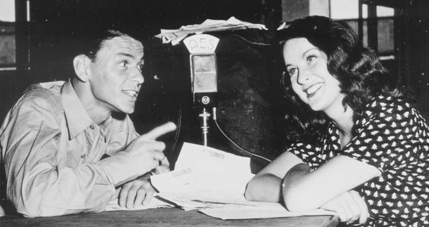 Frank Sinatra z uśmiechniętą kobietą