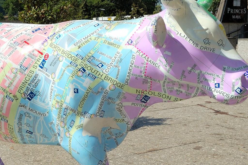 Plan Edynburga na jednej z krów rozstawionych swego czasu po całym centrum miasta