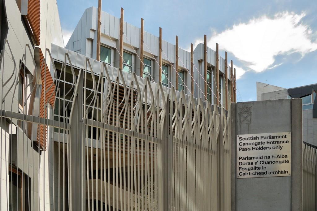 Brama prowadząca na teren Parlamentu Szkockiego od strony The Royal Mile