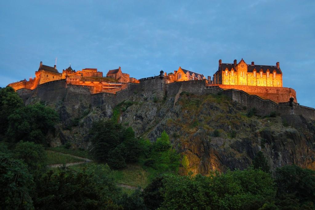 Zamek edynburski wieczorem.