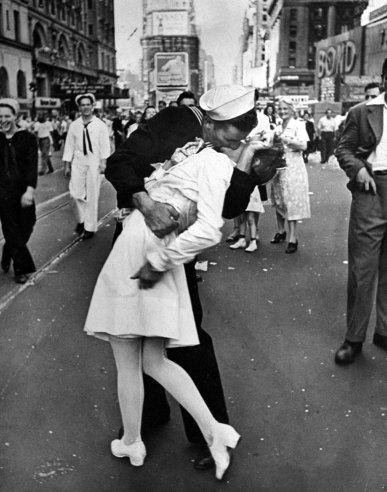 marynarz całujący pielęgniarkę