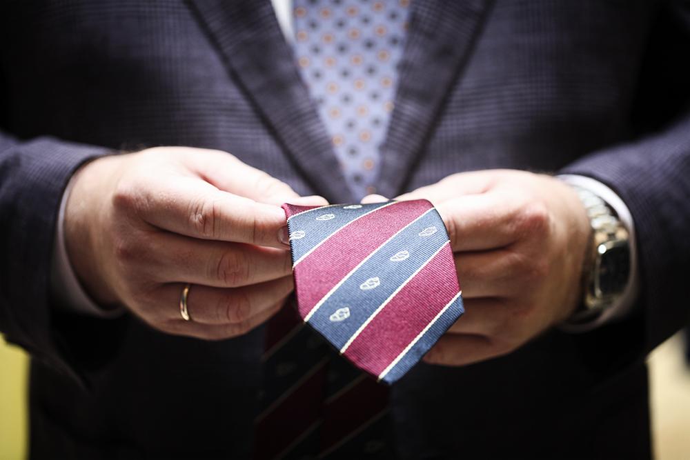 krawat stowarzyszenia But w Butonierce