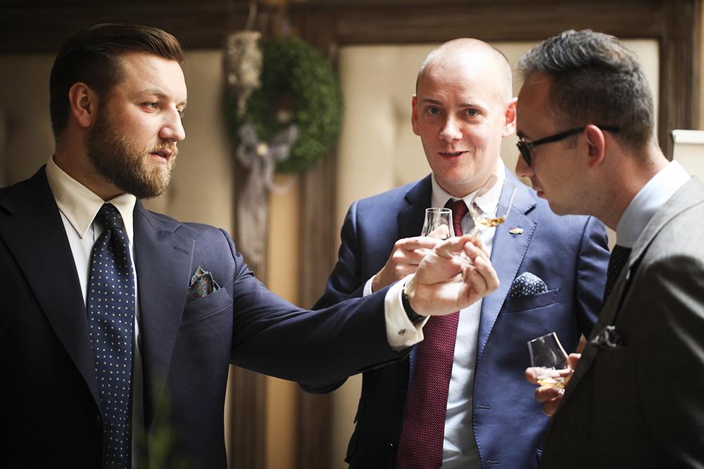 Tomasz Miler częstuje whisky