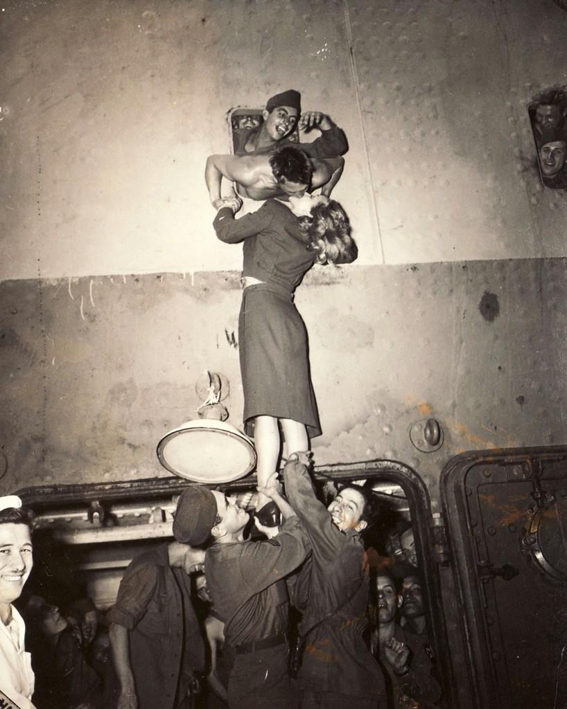 Marlene Dietrich całująca amerykańskiego żołnierza