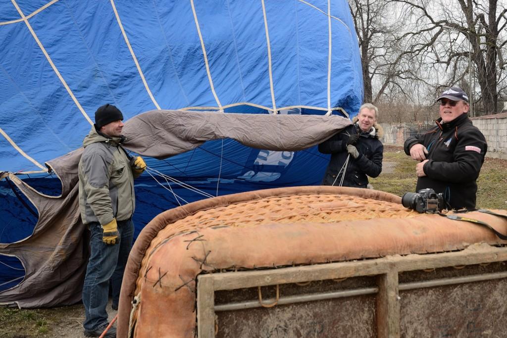 mężczyźni napełniający balon przed startem