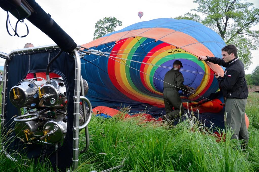 Napełnianie balonu powietrzem przed startem. Na zdjęciu największy w Polsce i Europie Środkowej balon na ogrzane powietrze.