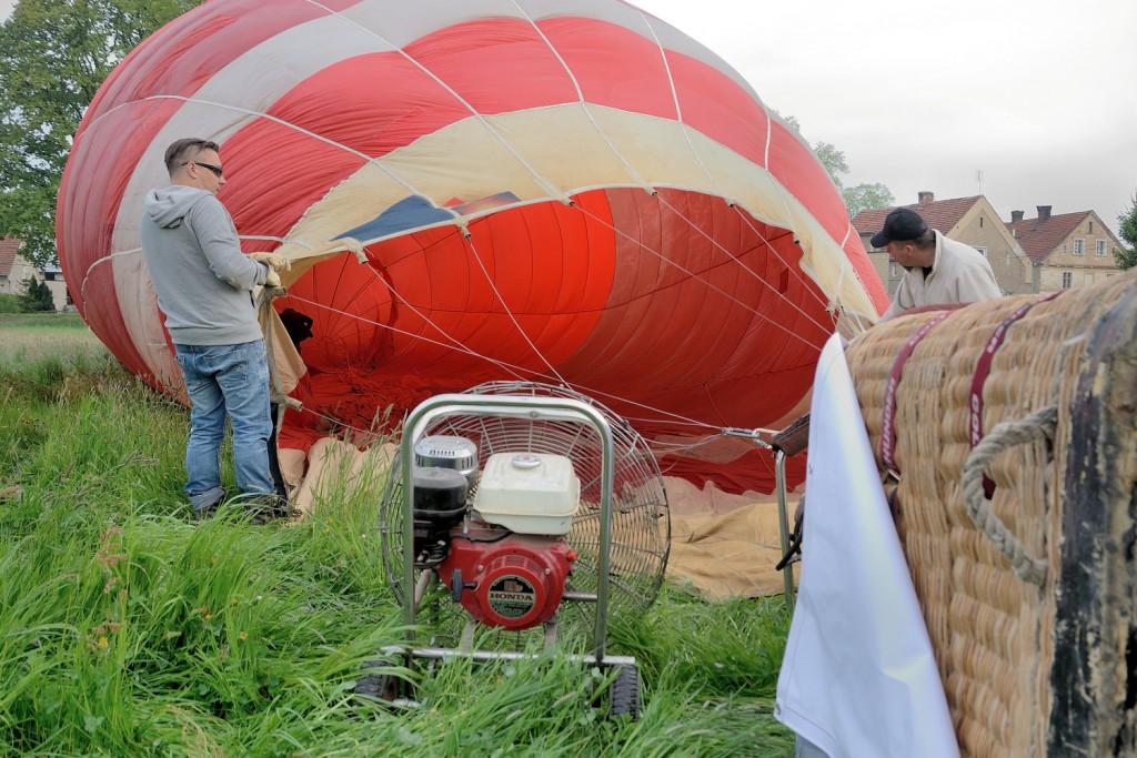 Napełnianie balonu powietrzem przed startem.