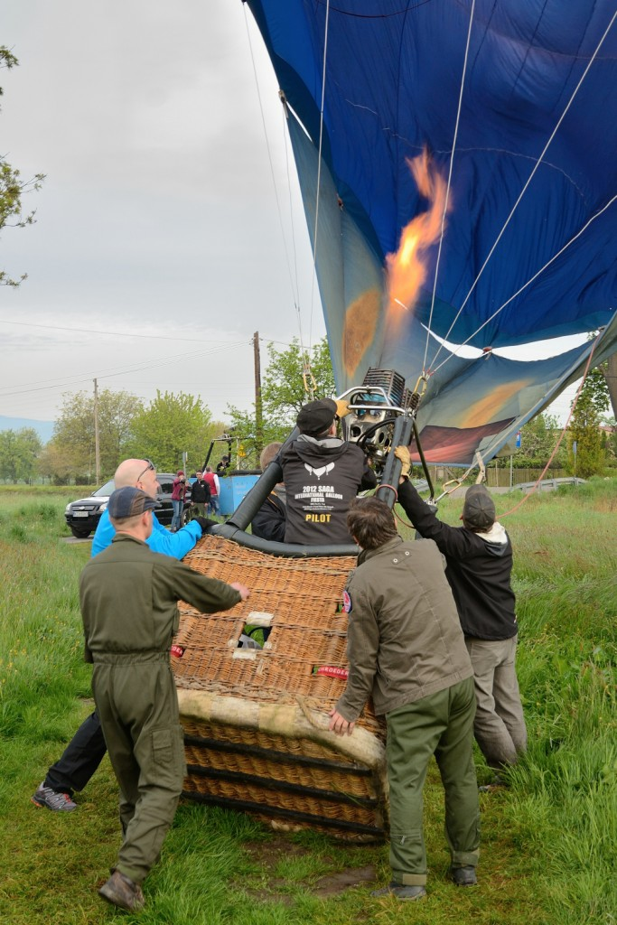 podnoszenie balona do pionu za pomocą ogrzanego powietrza