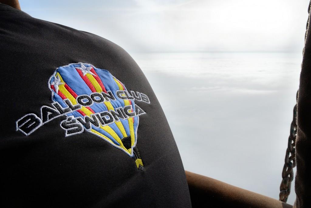 plecy członka załogi w bluzie świdnickiego klubu balonowego