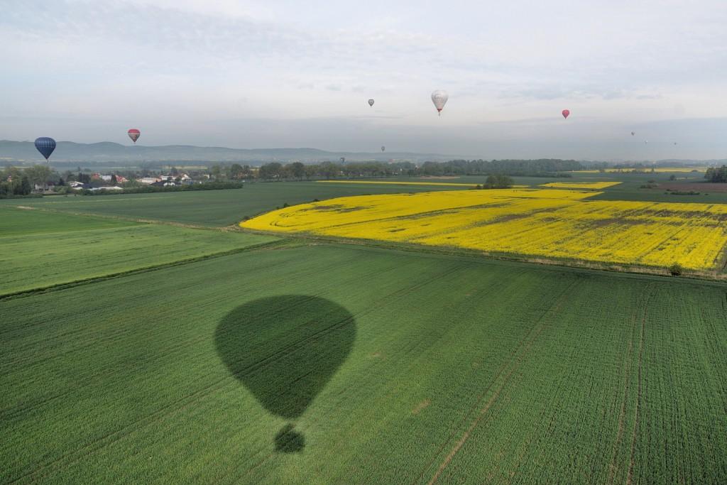 balony nad łąkami i polami rzepaku