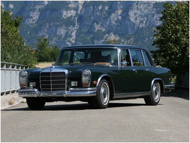 Mercedes-Benz 600 na tle górskiego krajobrazu
