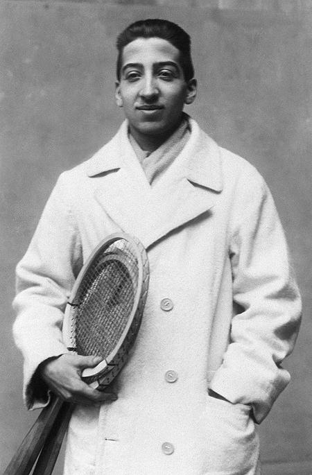 młody Rene Lacoste z rakietą tenisową