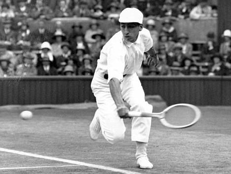 Rene Lacoste w 1924 we Francji na Wimbledonie w koszulce polo.