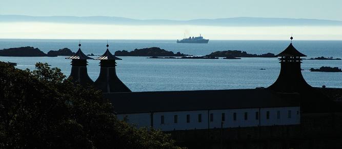 01 - Destylarnia Ardbeg na wyspie Islay. W tle pierwszy poranny prom na wyspę. (1)