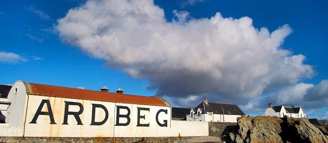 04 - Destylarnia Ardbeg na wyspie Islay widziana od strony nabrzeża. (1)