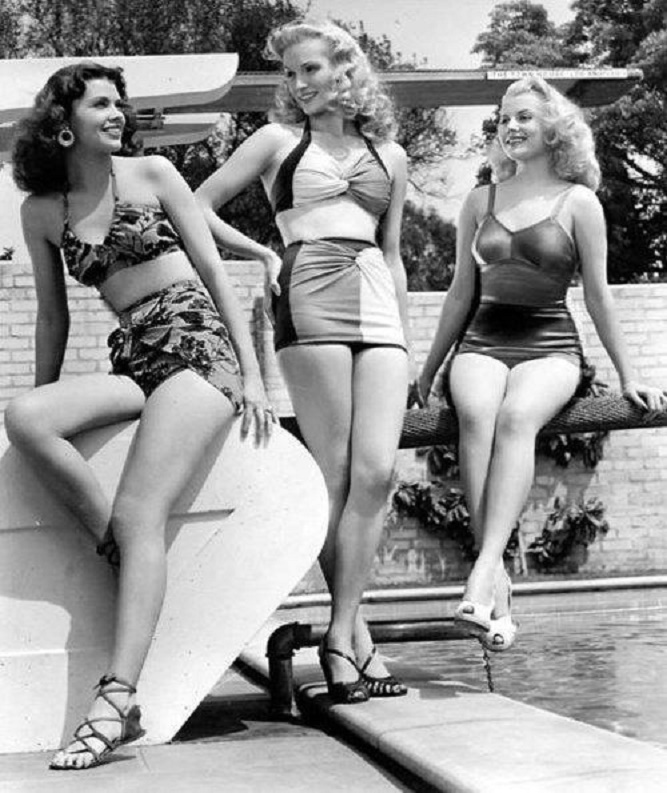 trzy kobiety w strojach kąpielowych
