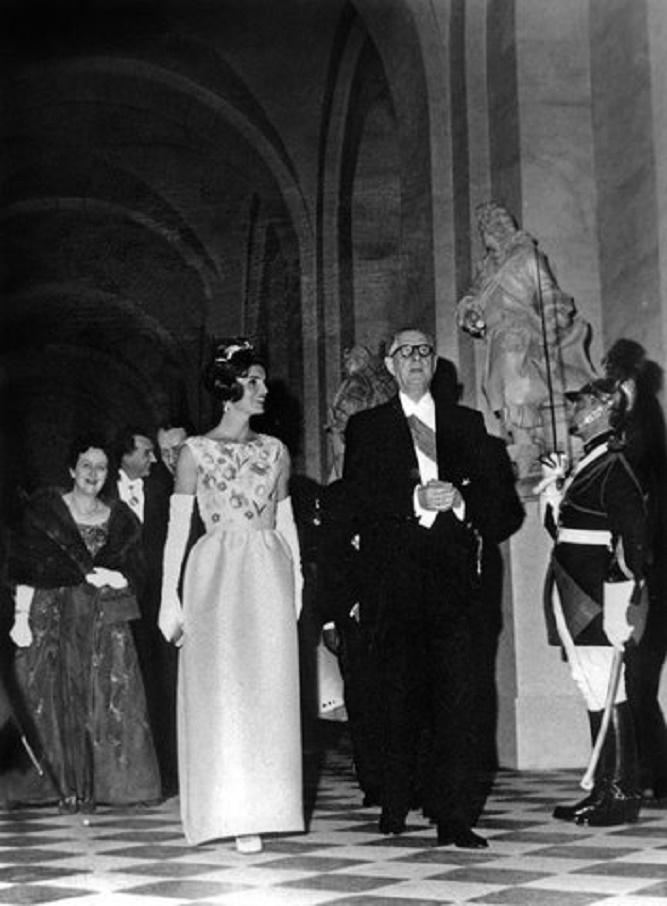 Jackie Kennedy w białej sukni
