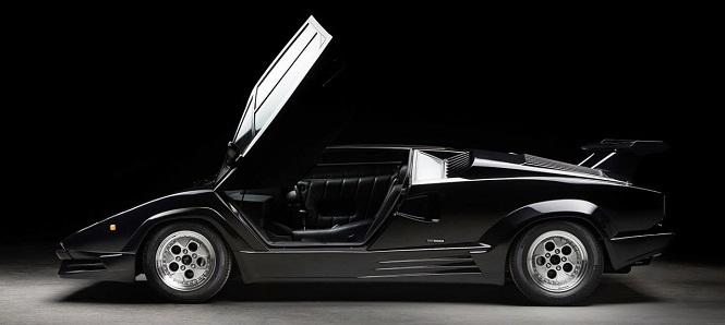czarny Lamborghini Countach z otwartymi drzwiami