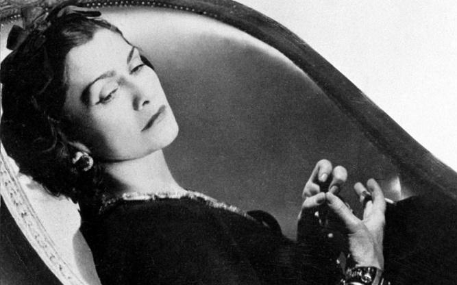 Coco Chanel w fotelu