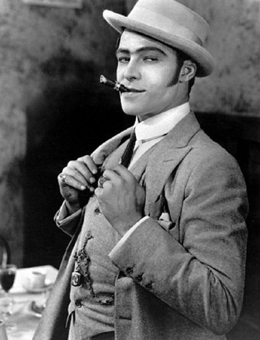 Rudolf Valentino z uwodzicielskim spojrzeniem