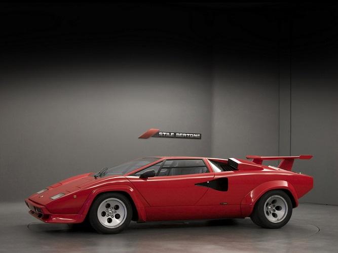 czerwone Lamborghini Countach - widok z boku
