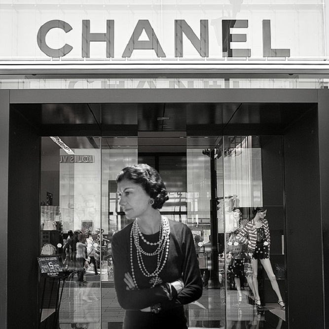 Coco Chanel przed witryną swojego sklepu