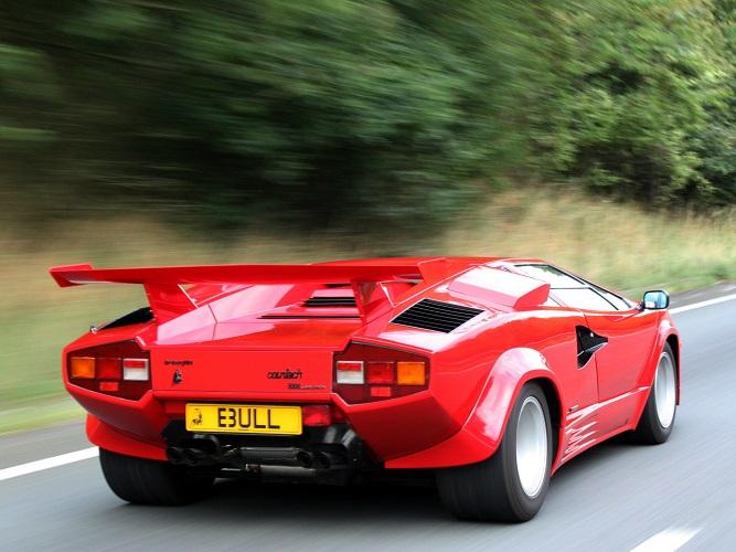 czerwony Lamborghini Countach ze spojlerem - widok od tyłu