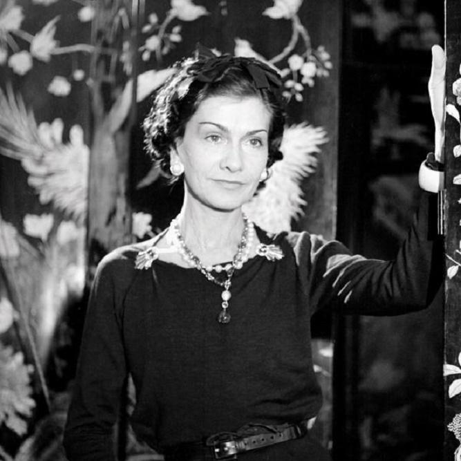 Coco Chanel w ciemnej sukience