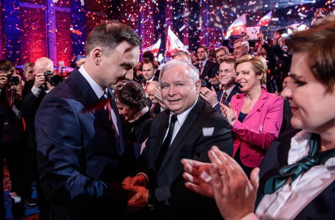 """uścisk dłoni """"na kanapkę"""" prezentowany przez Jarosława Kaczyńskiego"""