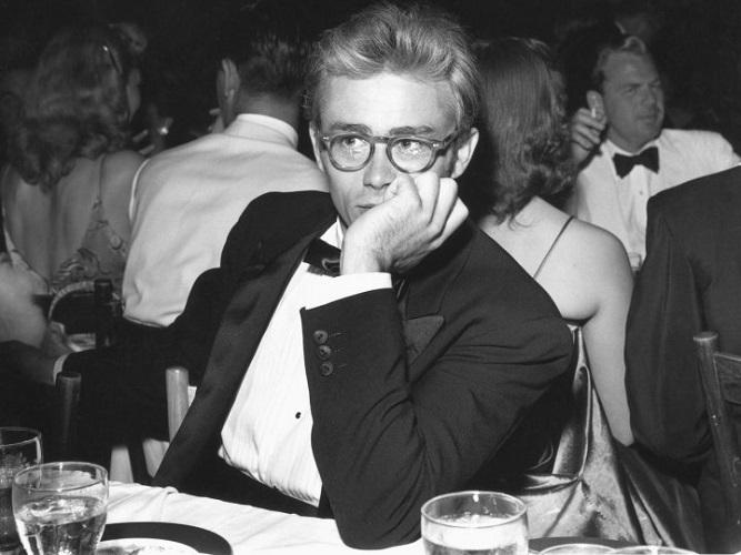 James Dean w smokingu i okularach