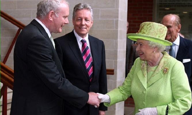 Królowa Elżbieta II podająca rękę Martinowi McGuinnessowi