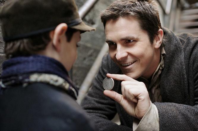 Anthony DeMarco i Christian Bale w filmie Prestiż