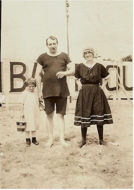 trzyosobowa rodzina na plaży