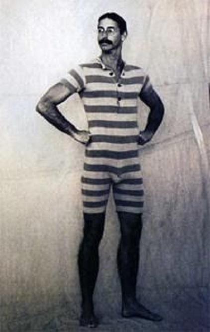 wąsaty mężczyzna w jednoczęściowym kostiumie kąpielowym w paski