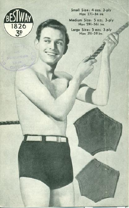 Uśmiechnięty mężczyzna w szortach kąpielowych