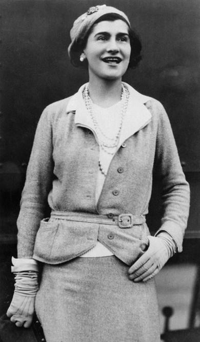 Coco Chanel w kostiumie