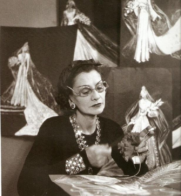 Coco Chanel szyje