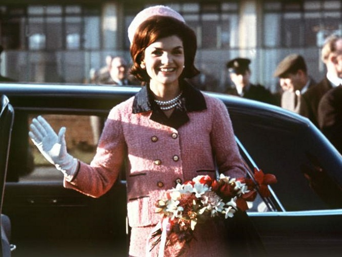 Jackie Kennedy w różowym kostiumie i toczku na głowie