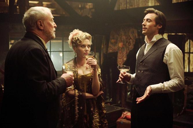 od lewej: Michael Caine, Scarlett Johansson oraz Hugh Jackman w filmie Prestiż