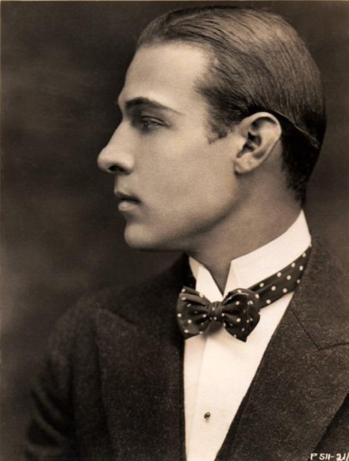 Rudolf Valentino z przylizanymi włosami