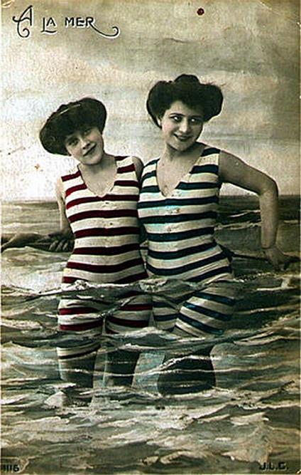 dwie kobiety w pasiastych kostiumach kąpielowych z długimi nogawkami