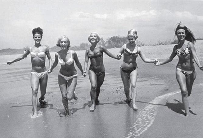 szczęśliwe kobiety w bikini na plaży