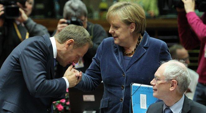 Donald Tusk całujący dłoń Angeli Merkel