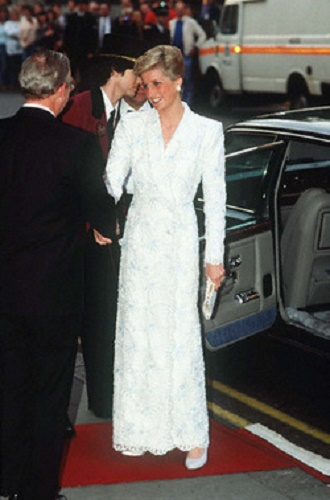Diana w białej, koronkowej sukni