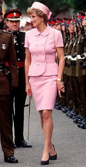 Diana w różowym kostiumie i toczku