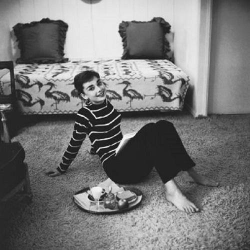 Audrey Hepburn w bluzce w paski i ciemnych spodniach